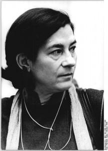 """ADN-ZB Rehfeld 27.10.1989 Berlin: Die Schriftstellerin Christa Wolf, wurde 1929 in Landsberg-Warthe (heute Polen), geboren. Sie studierte von 1949-1953 Germanistik in Jena und Leipzig. Anschließend war sie als Redakteurin, wissenschaftliche Mitarbeitern, Lektorin und Cheflektorin tätig. Seit 1962 arbeitet Christa Wolf als freischaffende Schriftstellerin. Aus ihrer Feder erschien u.a. die Bücher """"Der geteilte Himmel"""", """"Kindheitsmuster"""", """"Kassandra"""", """"Störfall"""" und """"Sommerstück""""."""